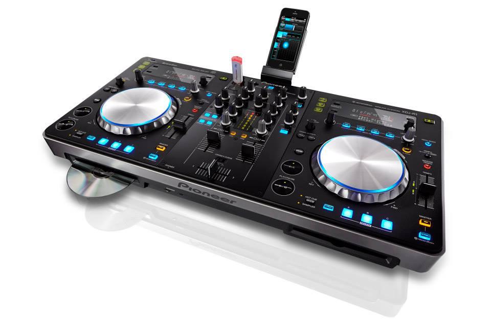 Los 10 mejores controladores para dj del 2013 house for Mesa de mezclas dj