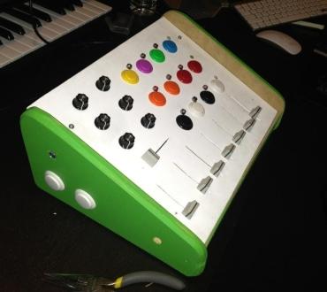 ¿Cómo hacer un controlador para DJ casero?