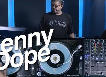 Kenny Dope pinchando con los Pioneer PLX-1000 y vinilos de 7 pulgadas