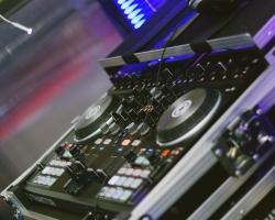 ¿Por qué no deberías pinchar con controladores para DJ en grandes eventos?